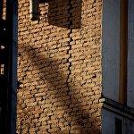 Трещина на стене старого дома на площади Гудиашвили.
