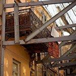 Так можно понять, что в этом доме еще остались жители - на балконе сушится белье.