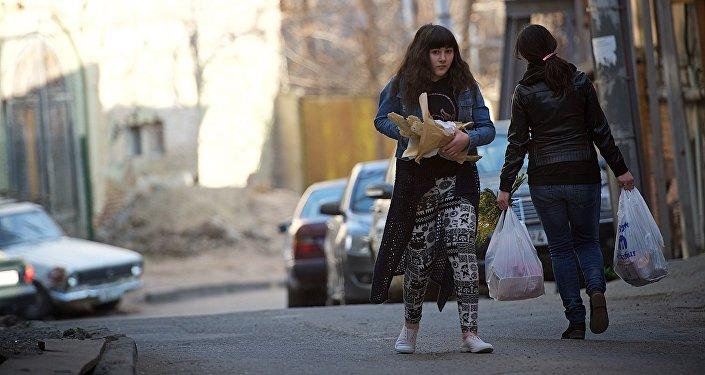 Женщина несет грузинский хлеб