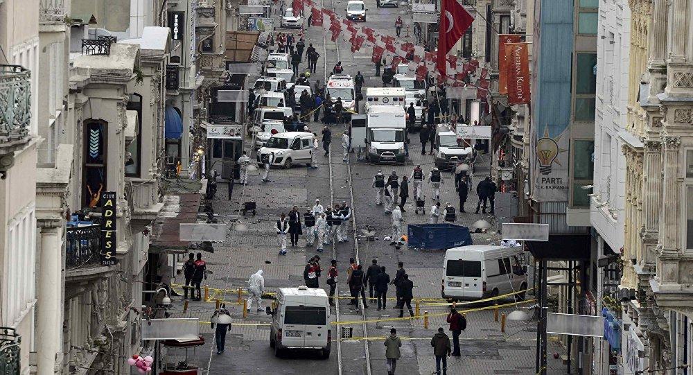 Сотрудники правоохранительных органов на месте теракта в Стамбуле
