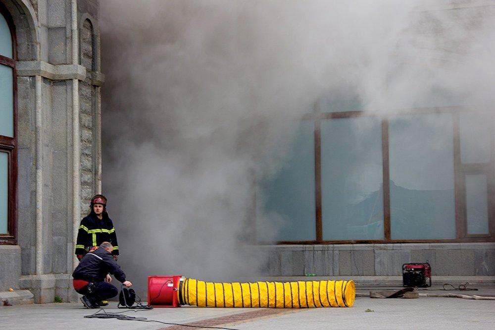 Сотрудники пожарной службы работают на месте пожара на нижнем ярусе храма Самеба, где расположен молодежный образовательный центр.