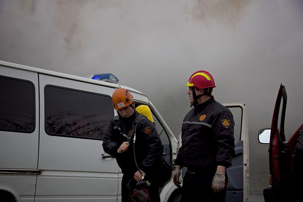 Несмотря на то, что опасности распространения огня больше нет и очаг возгорания локализован, полностью его погасить пожарные пока не могут - так как им трудно к нему подобраться из-за сильного задымления.