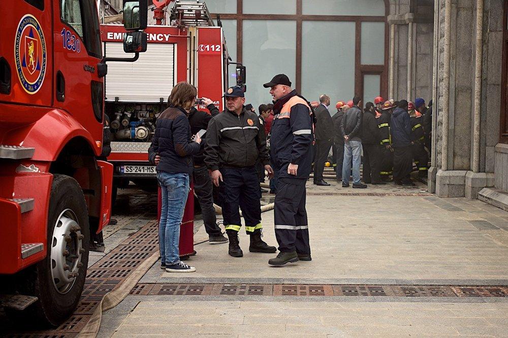 Предположение о том, что причиной возгорания могли стать проблемы в электропроводке, было выдвинуто в связи с тем, что перед пожаром в храме отключался свет.