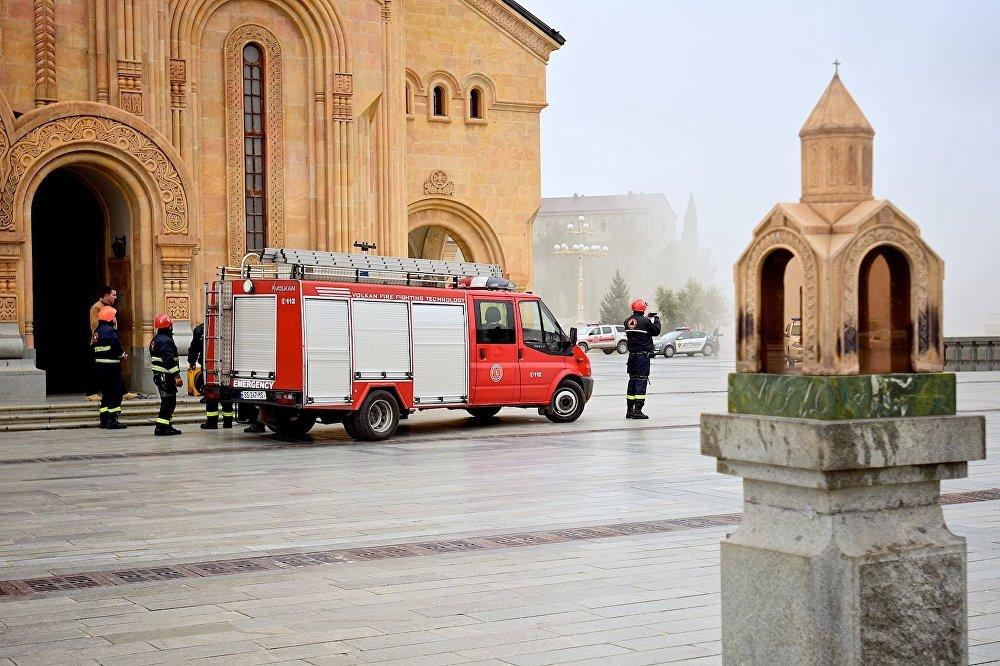 Пожарные у главного входа в храм Самеба.