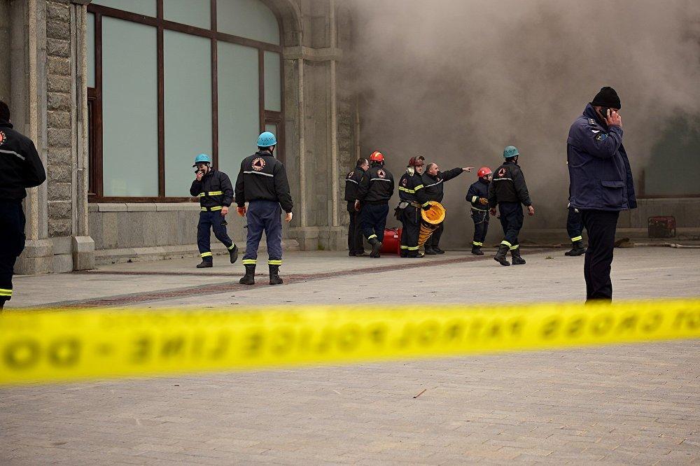 Сотрудники пожарной службы работают на месте ЧП.