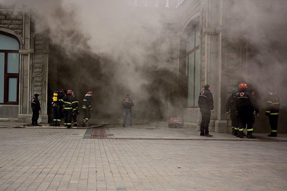 У входа в молодежный образовательный центр на нижнем ярусе храма, в помещениях которого начался пожар.