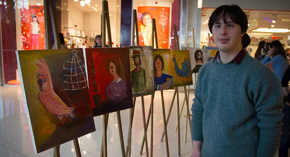 Лексо Тодиашвили рядом со своими картинами