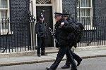 Вооруженная автоматическим оружием полиция Лондона патрулирует улицы города.