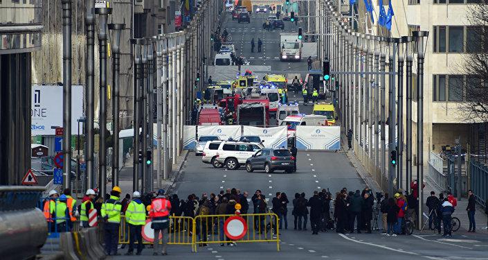 Полиция и сотрудники чрезвычайных служб у станции метро в Брюсселе после взрыва.
