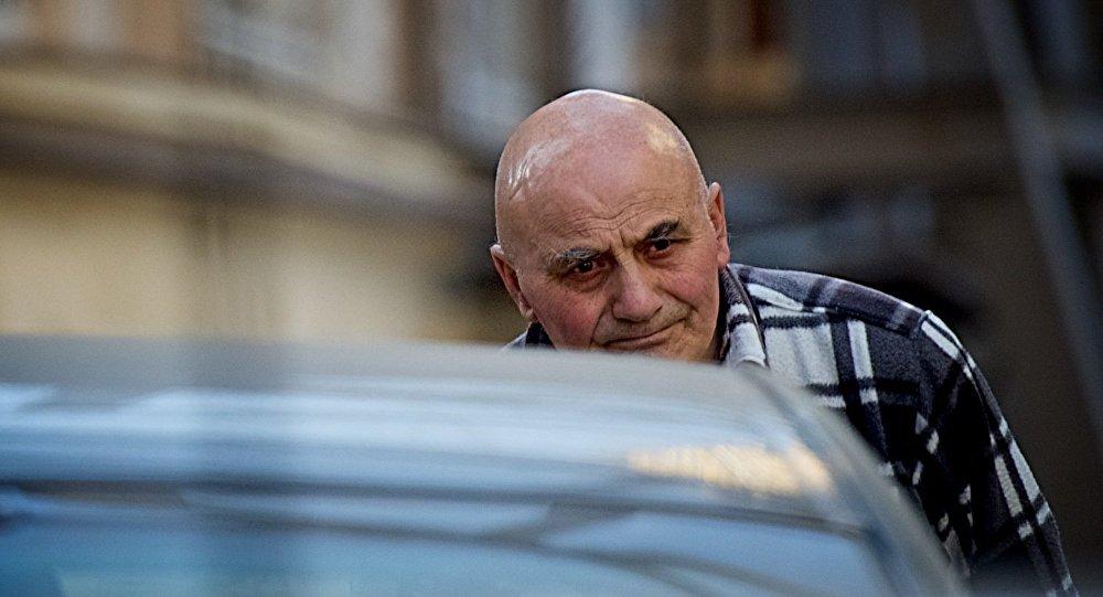 Пожилой мужчина на одной из тбилисских улиц