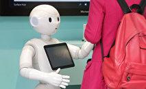 Роботы Перчики помогали клиентам выбирать телефоны в магазине в Токио