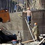 Рабочие во время строительных работ в Дарьяльском ущелье. Сегодня тут возводятся новые административные здания, восстанавливается инфраструктура.