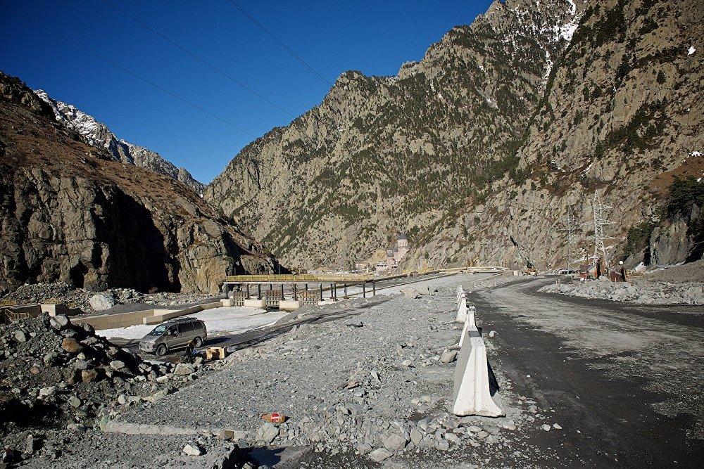 Временная дорога, ведущая к грузино-российской границе через участок, пострадавший в 2014 году от селевых потоков.