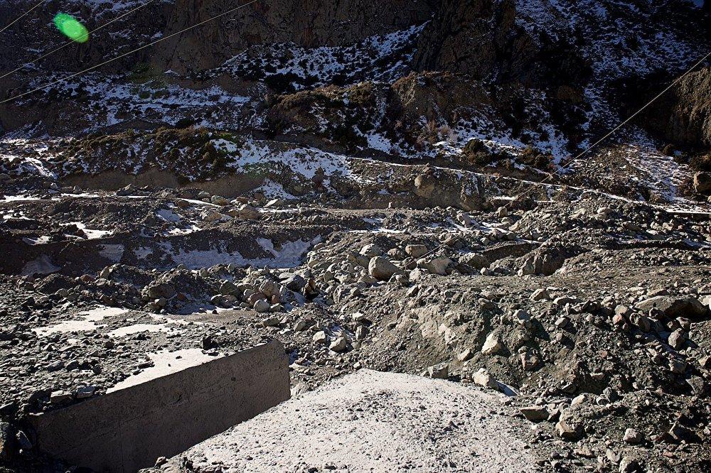 После схода селевых потоков строителям пришлось пустить Терек по новому руслу - в обход участка, заваленного горными породами.