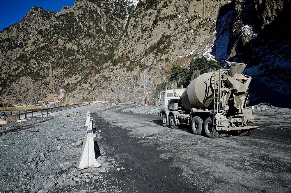Строительная техника - в Дарьяльском ущелье продолжаются восстановительные работы.