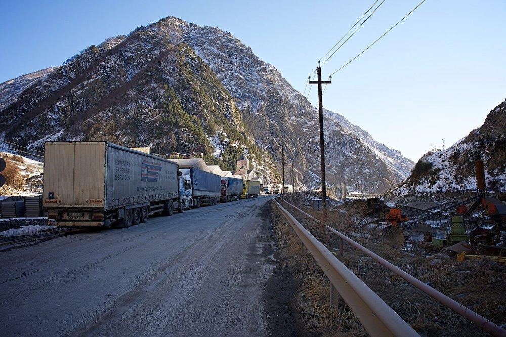 Грузовые автомашины - на пути к границе с РФ в Дарьяльском ущелье.