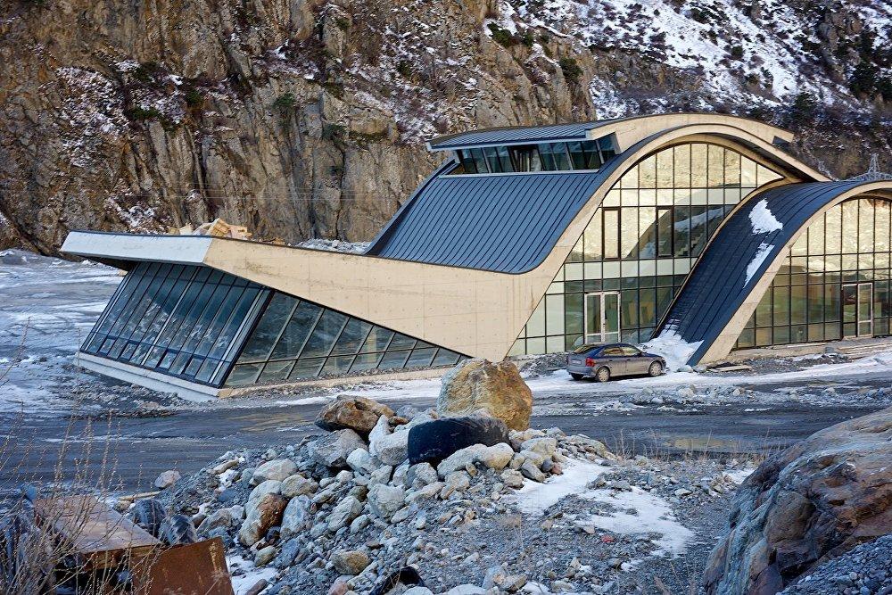 Новые административные здания сегодня возводятся в Дарьяльском ущелье близ грузино-российской границы.