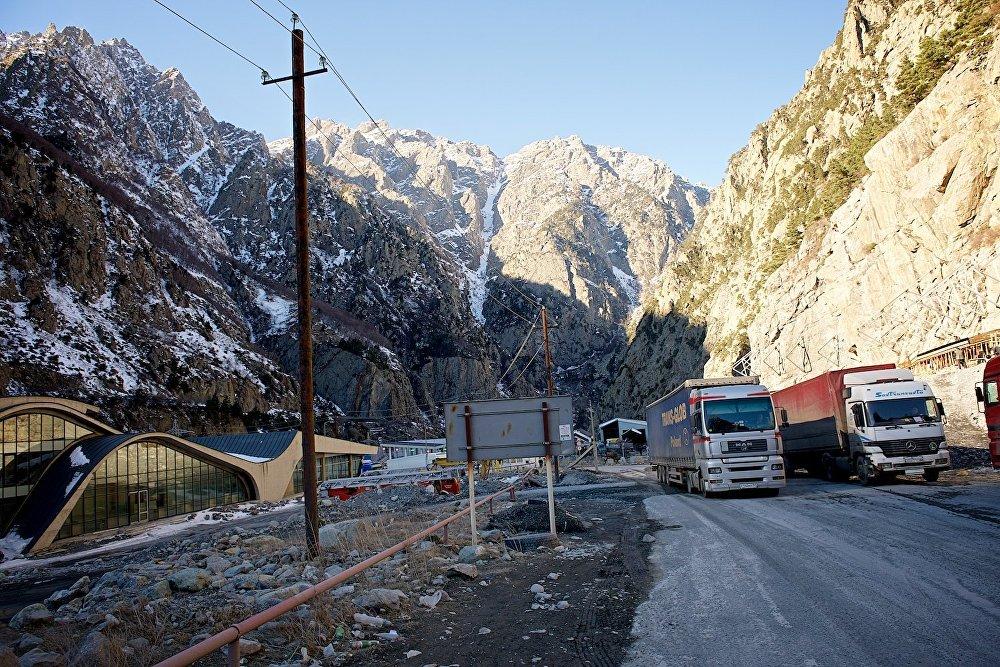 Грузовые автомашины, миновав грузино-российскую границу, едут по временной дороге в Дарьяльском ущелье.