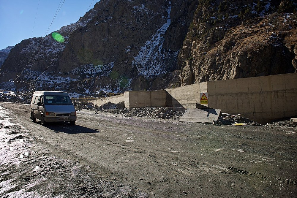Временная дорога в Дарьяльском ущелье, действующая после стихийного бедствия.