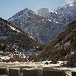 Дарьяльское ущелье было известно древним географам как Ворота Кавказа. Оно расположено на границе Грузии и России, между поселком Степанцминда (бывш. Казбеги) и селением Верхний Ларс в месте пересечения Бокового хребта Большого Кавказа, к востоку от горы Казбек.