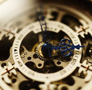 საათი დროისა და დაბერების სიმბოლოს წარმოადგენს.