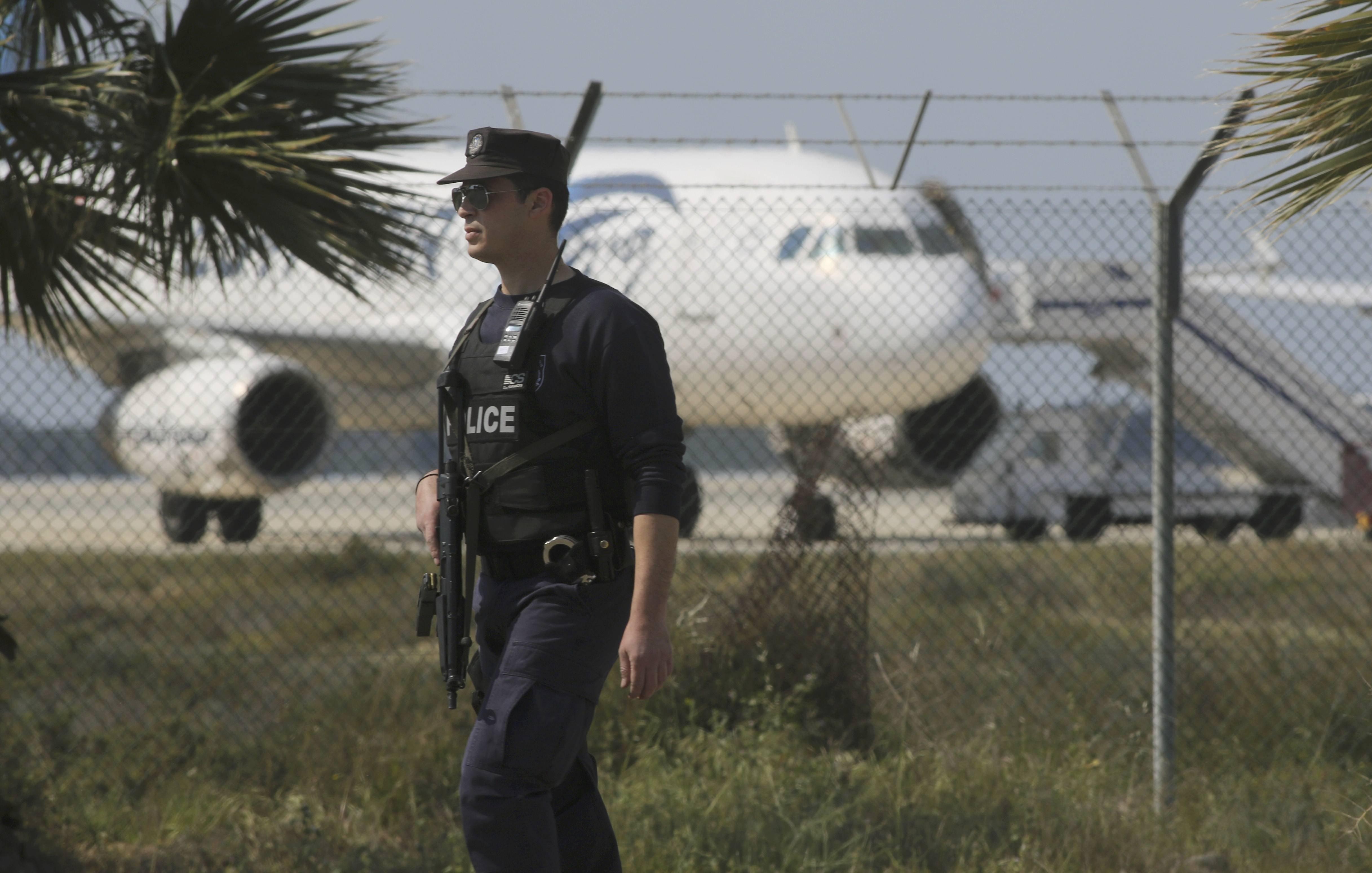 Захваченный самолет в аэропорту Ларнака на Кипре