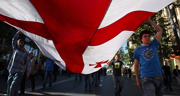 Сторонники Грузинской мечты с флагом Грузии