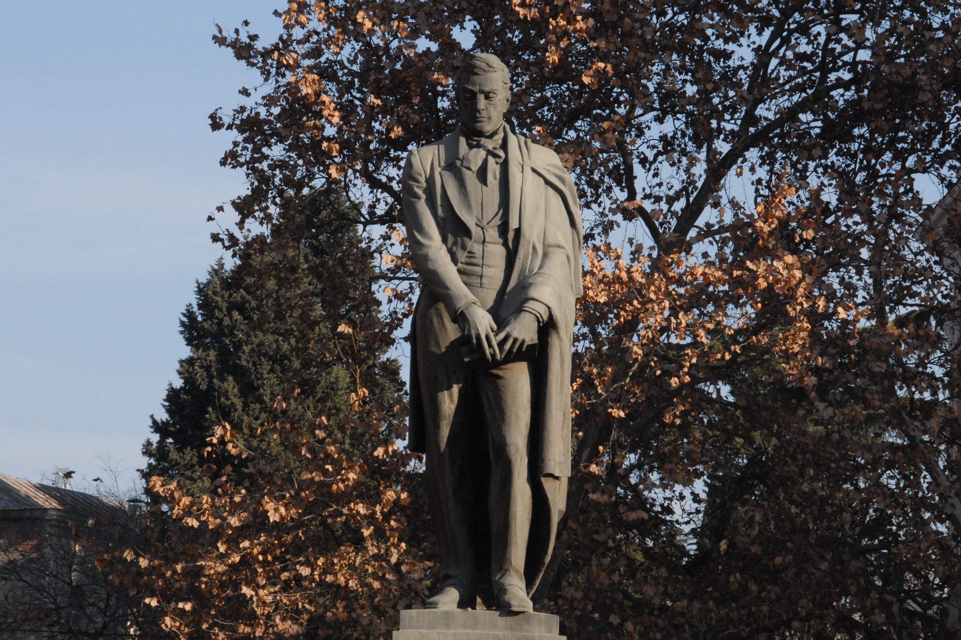 На левом берегу Куры в 1961 году был установлен памятник Александру Грибоедову. Автор – Мераб Мерабишвили.
