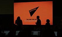 Экран с логотипом и девизом информационного агентства Sputnik