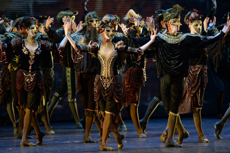 Артисты Санкт-Петербургского государственного академического театра балета Бориса Эйфмана в сцене из балета Анна Каренина