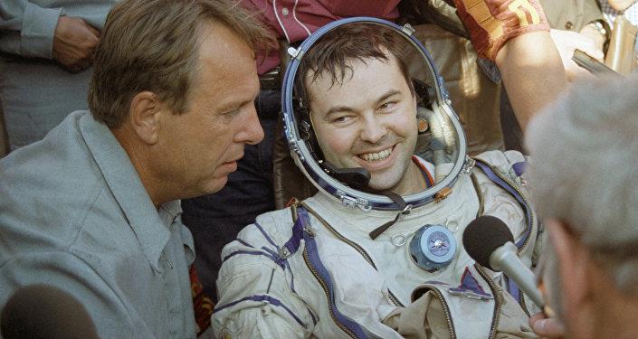Лётчик-космонавт Лавейкин после приземления