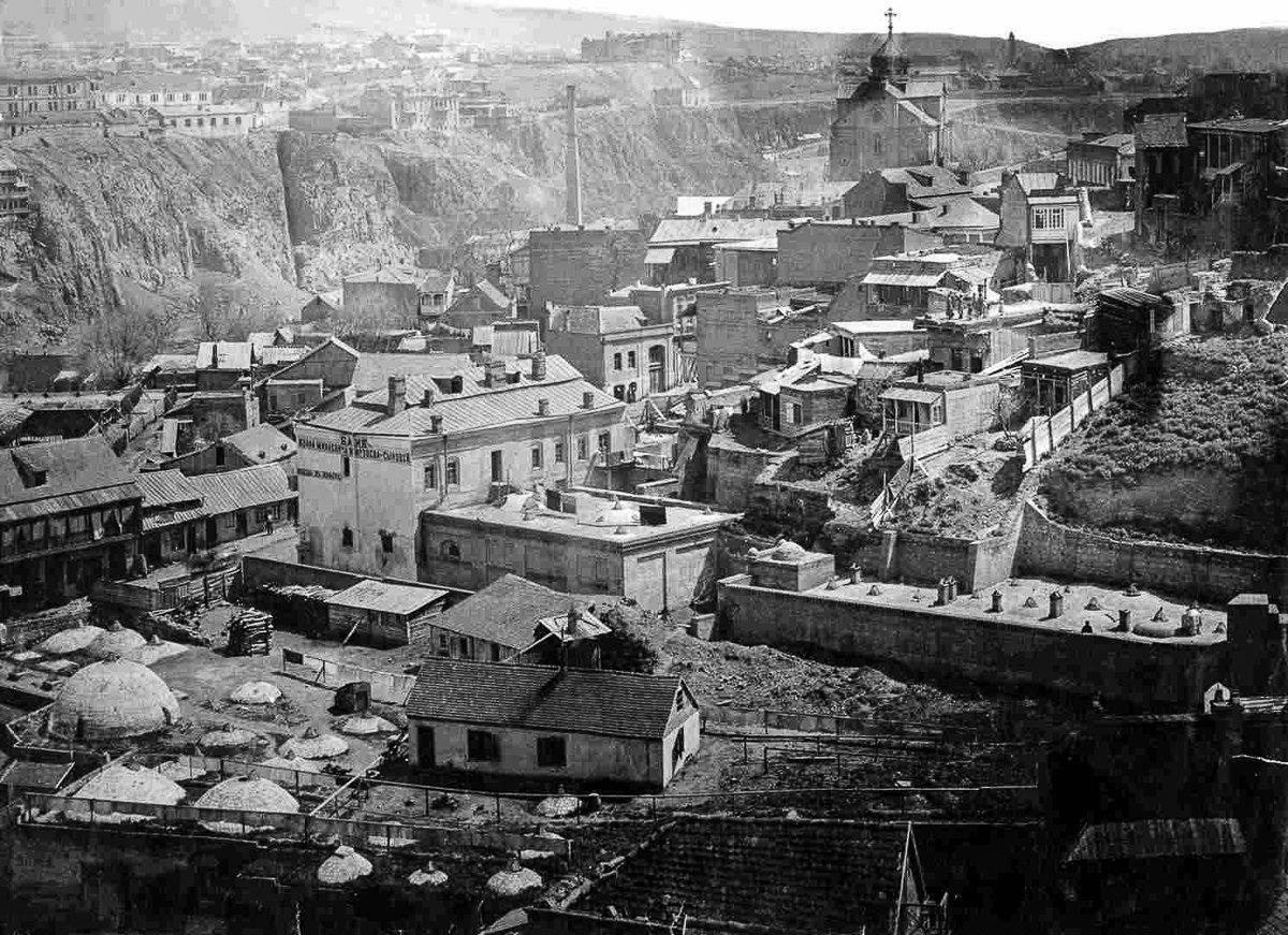 Тифлис. Вид на старый город и район серных бань.