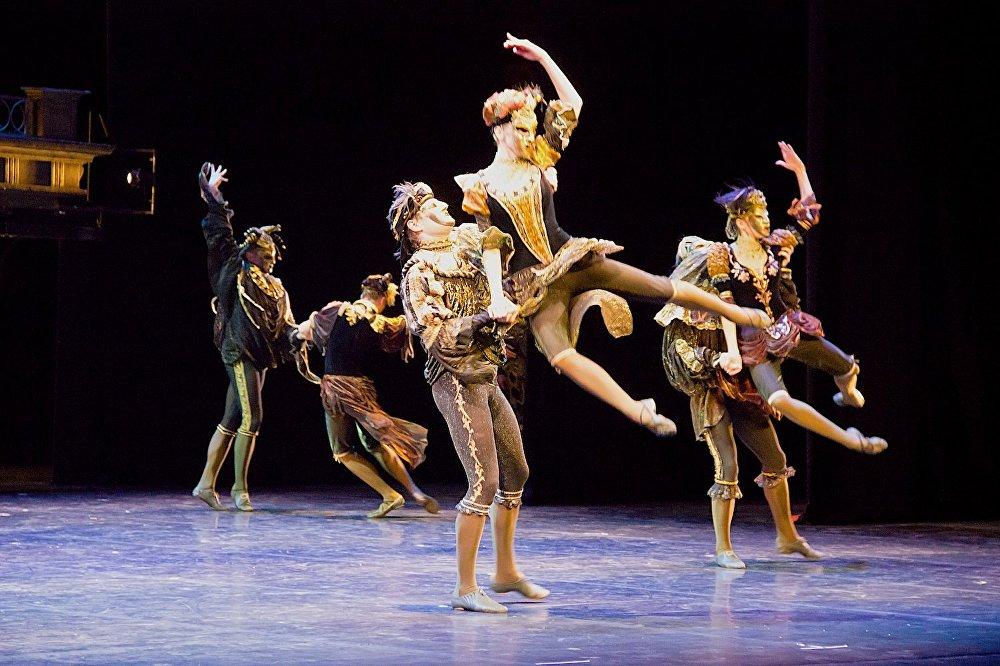 Маскарад. Постановка петербургского балета Эйфмана заворожила зрителей.