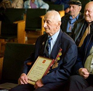 ветеран Давид Джишкариани (слева)