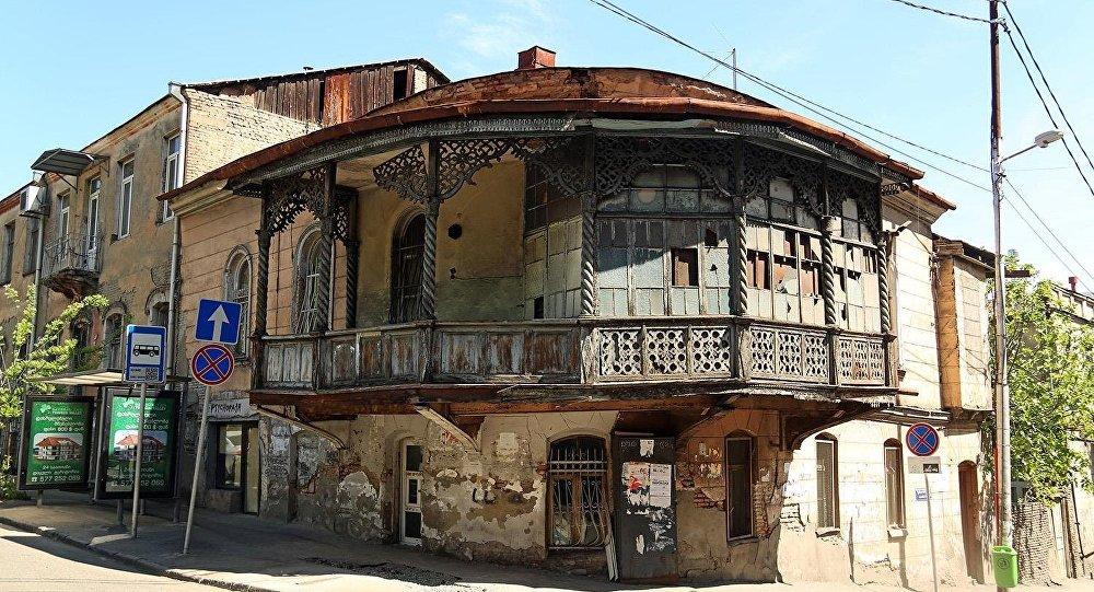 Дом на перекрестке улиц Шалвы Дадиани и Ладо Асатиани
