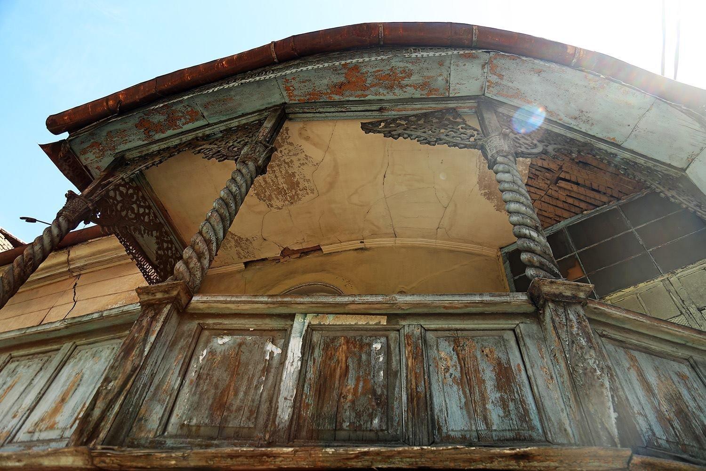 Дом на перекрестке улиц Шалвы Дадиани и Ладо Асатиани.