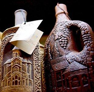 Сувенирные глиняные кувшины с грузинским вином