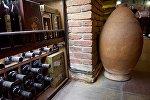 Глиняный кувшин для вина - квеври, в одном из винных магазинов