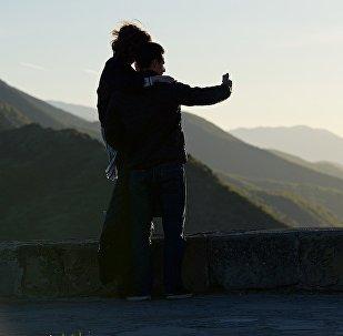 Туристы фотографируются на память у монастыря Джвари