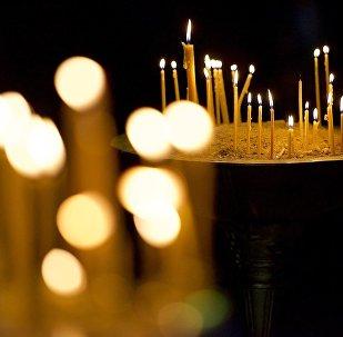 Горящие свечи у икон в кафедральном соборе Светицховели