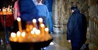 Мужчина на церковной службе в храме Светицховели