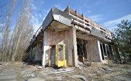Желтые телефонные будки в Припяти