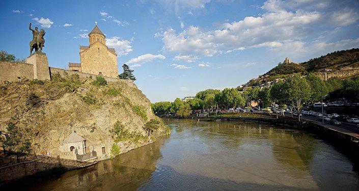 Старый Тбилиси. Справа - памятник Вахтангу Горгасали и Метехская церковь