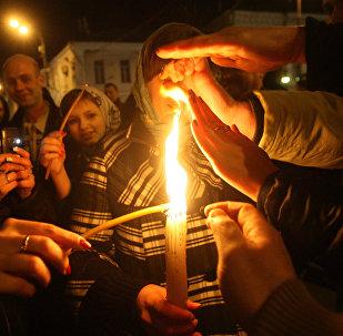 Раздача благодатного огня во время пасхального богослужения