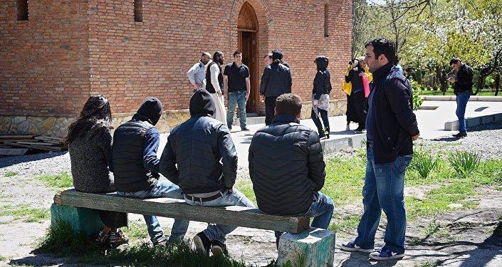 Верующие во дворе Кандского монастыря имени тринадцати ассирийских отцов