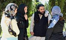 Духовный наставник Серафим Бит-Хариби с верующими в селе Канда