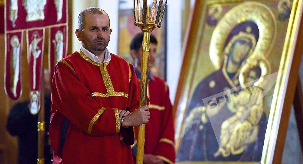 Священнослужитель на службе в кафедральном соборе Святой Троицы Самеба