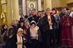 Верующие на службе в кафедральном соборе Святой Троицы Самеба