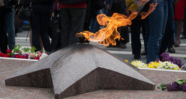 Вечный огонь у могилы Неизвестного солдата в парке Ваке