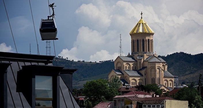 Вид на храм Святой Троицы Самеба из центра грузинской столицы